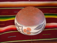 Native American Indian vintage pottery and ceramics, a beautiful Santo Domingo pottery bowl with lovely hand-painted traditional decoration, Santo Domingo Pueblo, New Mexico, c. 1950.  Photo showing the bottom of the bowl.