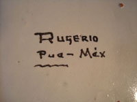 Mexican vintage pottery and ceramics, a ceramic Talavera tray from Puebla, c. 1960's. A closeup photo of the Rugerio signature on the back of the tray.