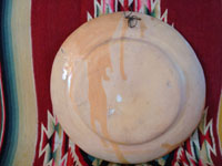 Mexican vintage pottery and ceramics, a wonderful petatillo (background with straw-like hatching) plate from Tlaquepaque, c. 1930-40. The plate has a very unique and early geometric and floral design. Photo showing the back side of the petatillo plate from Tlaquepaque.