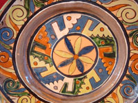 Mexican vintage pottery and ceramics, a wonderful petatillo (background with straw-like hatching) plate from Tlaquepaque, c. 1930-40. The plate has a very unique and early geometric and floral design. Another view of the front side of the plate.