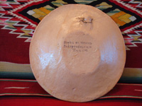Mexican vintage pottery and ceramics, a petatillo (cross-hatching in the background resembling a straw mat or petate) plate with very fine artwork, attributed to the famous artist Balbino Lucano, Tlaquepaque, Jalisco, c. 1930. A photo of the back of the plate, inscribed with the address of Balbino Lucano's gallery in Tlaquepaque.