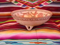 Mexican vintage pottery and ceramics, a wonderful pottery tri-pod bowl with beautiful and very fine artwork, from Guerrero, c. 1940's. Photo showing the side of the bowl.