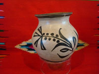 Native American Indian vintage and antique pottery, a wonderful pot with very fine decoration, Cochiti Pueblo, New Mexico, c. 1940. Main photo of the Cochiti pottery pot.